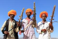 未认出的游牧人在2015年2月05日的沙漠演奏ravanahatha在普斯赫卡尔,印度 免版税库存图片