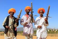 未认出的游牧人在2015年2月05日的沙漠演奏ravanahatha在普斯赫卡尔,印度 免版税库存照片