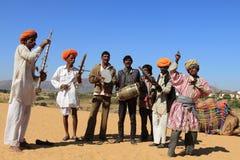 未认出的游牧人演奏ravanahatha并且在沙漠跳舞 免版税库存图片