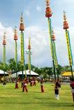 未认出的演员执行在古典泰国舞蹈戏曲与在庆祝的竹长的杆Rama 9国王生日 库存图片