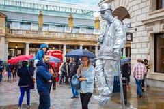 未认出的演员执行街道表现在科文特花园市场上在伦敦,英国 免版税图库摄影