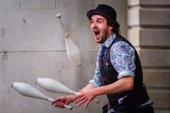 未认出的演员执行街道表现在科文特花园市场上在伦敦,英国 库存图片