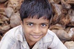 未认出的照相机的男孩微笑的姿势在2011年11月26日的喀拉拉印度, 免版税库存图片