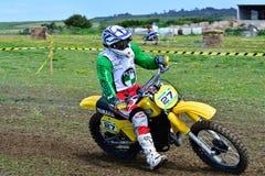 未认出的竟赛者骑一辆经典摩托车 免版税库存照片