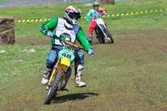 未认出的竟赛者骑一辆经典摩托车 图库摄影