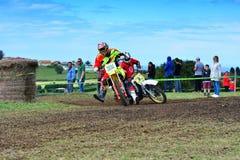 未认出的竟赛者骑一辆经典摩托车 免版税库存图片