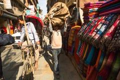 未认出的街边小贩在城市的历史的中心, 2013年11月28日在加德满都,尼泊尔 库存图片