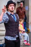 未认出的街道演员在科文特花园市场在伦敦, U上 K 库存照片