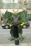 未认出的街道演员姿势在巴塞罗那 库存照片