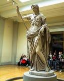 未认出的访客在一个大英博物馆的大厅中 免版税图库摄影