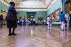 未认出的访客在其中一个伦敦国家肖像馆的大厅中 库存图片