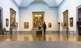 未认出的访客在其中一个伦敦国家肖像馆的大厅中 免版税库存照片