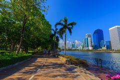 未认出的访客在Benjakitti公园跑在曼谷 库存照片