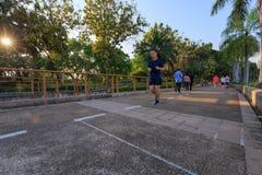 未认出的访客在Benjakitti公园跑在曼谷 免版税库存图片