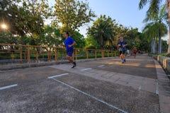 未认出的访客在Benjakitti公园跑在曼谷 免版税库存照片