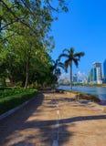 未认出的访客在Benjakitti公园跑在曼谷 免版税图库摄影