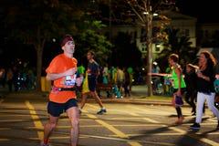 未认出的赛跑者在毕尔巴鄂马拉松夜,庆祝在10月22日的毕尔巴鄂 免版税库存照片