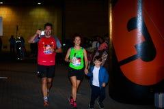 未认出的赛跑者在毕尔巴鄂马拉松夜,庆祝在10月22日的毕尔巴鄂 免版税库存图片