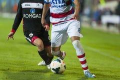 未认出的足球运动员竞争在OTELUL加拉季期间(白色)对Gaz阶(黑色), 图库摄影