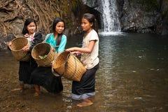 未认出的逗人喜爱的亚裔女孩临近热带瀑布 老挝 免版税库存照片