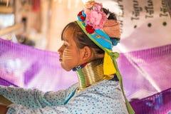 未认出的长的脖子卡伦小山部落人民 卡伦长的脖子村庄在清莱,泰国 库存图片