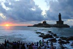 未认出的香客在Triveni Sangam,科摩林角,印度观看日出 免版税库存照片