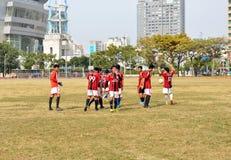 未认出的马来的足球运动员在高雄竞技场外面的午餐时间 库存图片