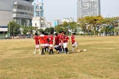 未认出的马来的足球运动员在高雄竞技场外面的午餐时间 库存照片