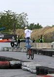 未认出的年轻人乘坐他的BMX Bik 免版税库存照片