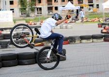 未认出的年轻人乘坐他的BMX Bik 免版税库存图片