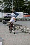 未认出的年轻人乘坐他的BMX Bik 免版税图库摄影