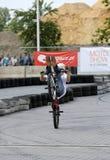 未认出的年轻人乘坐他的BMX Bik 库存图片
