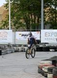 未认出的年轻人乘坐他的BMX Bik 库存照片