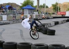 未认出的年轻人骑他的BMX自行车 库存照片
