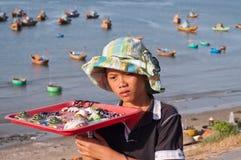 未认出的年轻卖主在渔村。美奈。越南 库存照片