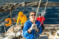 未认出的水手参加在希腊海岛群中的航行赛船会第12 Ellada秋天2014年在爱琴海, 免版税库存照片