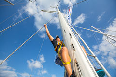 未认出的水手参加在希腊海岛群中的航行赛船会第12 Ellada秋天2014年在爱琴海 免版税库存照片