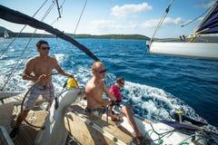 未认出的水手参加航行赛船会 免版税库存照片