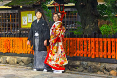 未认出的年轻日本夫妇在正式和服穿戴了 图库摄影