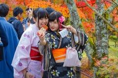 未认出的年轻日本妇女采取与移动电话的selfie 免版税库存图片
