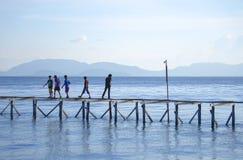 未认出的Bajau Laut在一条小船哄骗在马伊加海岛 免版税库存照片