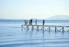 未认出的Bajau Laut在一条小船哄骗在马伊加海岛 库存图片