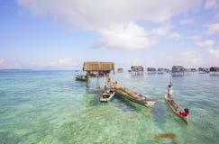 未认出的Bajau Laut在一条小船哄骗在2015年11月19日的马伊加海岛 图库摄影