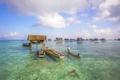 未认出的Bajau Laut在一条小船哄骗在2015年11月19日的马伊加海岛 库存图片