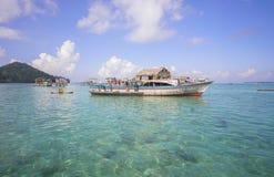 未认出的Bajau Laut在一条小船哄骗在2015年11月19日的马伊加海岛 免版税库存图片