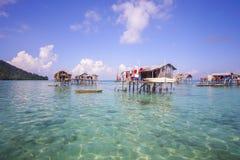 未认出的Bajau Laut在一条小船哄骗在2015年11月19日的马伊加海岛 库存照片
