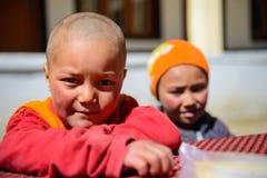 未认出的Likir修道院的新手年轻和尚2016年4月14日在拉达克,印度 库存图片