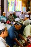 未认出的Musim老人为仪式的阿拉祈祷在古兰经的毕业。 免版税图库摄影