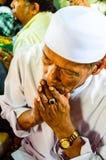 未认出的Musim老人为仪式的阿拉祈祷在古兰经的毕业。 免版税库存图片