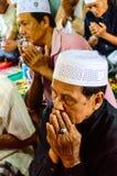 未认出的Musim老人为仪式的阿拉祈祷在古兰经的毕业。 图库摄影